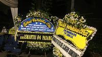 Karangan bunga duka cita untuk Izhar, jemaah masjid yang meninggal ketika salat (Liputan6.com/ Muhammad Radityo Priyasmoro)