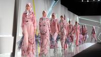 Dalam show nya di Indonesia Fashion Week 2015, Itang Yunasz menghadirkan deretan busana yang sporty dan romantis.