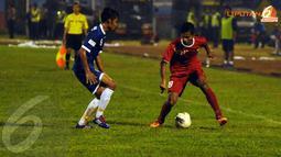 Zulfiandi (Timnas Indonesia U19 - kiri) berusaha mengecoh pemain PSIS Semarang Vidi Hasiholan (Liputan6.com/Helmi Fithriansyah).