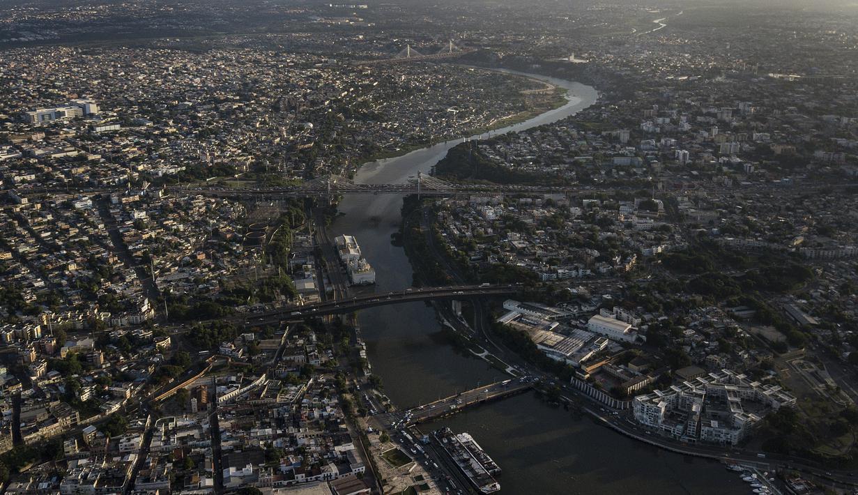 Sungai Ozama mengaliri Santo Domingo, Republik Dominika, Rabu (28/7/2021). Santo Domingo pernah dikenal sebagai Santo Domingo de Guzmán, adalah ibu kota dan kota terbesar di Republik Dominika dan wilayah metropolitan terbesar di Karibia berdasarkan jumlah penduduk.  (AP Photo/Matias Delacroix)