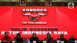 Sekjen PDIP Hasto Kristiyanto (ketiga kiri) memberikan keterangan dalam konferensi pers di Jakarta, Rabu (8/1/2020). PDIP bakal menggelar Rapat Kerja Nasional I sekaligus HUT Ke-47 partai di JIExpo, Kemayoran, Jakarta Pusat pada 10-12 Januari 2020. (Liputan6.com/Johan Tallo)