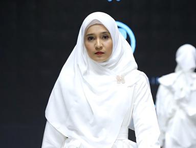 Dini Aminarti sukses menyihir banyak puluhan pasang mata yang menyaksikan Muslim Fashion Festival 2019. Dengan memakai pakaian muslim yang sederhana yakni berwarna putih, tidak mengurangi pesona Dini Aminarti. Dini terlihat begitu memukau di atas catwalk. (KapanLagi/Daniel Kampua)