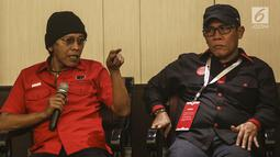 Politikus PDI Perjuangan Adian Napitupulu bersama Masinton Pasaribu  menjadi pembicara dalam serial diskusi dalam rangkaian Kongres PDI P ke V di Bali, Jumat (9/8/2019). Adian tampil santai mengenakan kupluk hitam, sementera Masinton memakai topi hitam dan sepatu sneakers. (Liputan6.com/Johan Tallo)