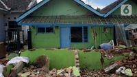 Kondisi rumah yang mengalami kerusakan akibat gempa di Dusun Krajan, Majangtengah, Dampit, Kabupaten Malang, Minggu (11/4/2021). Sejumlah rumah yang rusak berat terpaksa dirobohkan untuk meminimalisir adanya korban jika terjadi gempa susulan. (merdeka.com/Nanda F. Ibrahim)