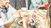 Ilustrasi teman dan kopi (iStockphoto)