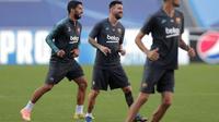 Penyerang Barcelona, Lionel Messi dan Luis Suarez melakukan pemanasan selama sesi latihan di stadion Da Luz, Lisbon, Portugal (13/8/2020). Barcelona akan bertanding melawan Bayern Munchen pada perempat final Liga Champions di Estadio da Luz.  (Rafael Marchante/Pool via AP)
