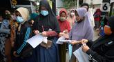 Warga mengantre untuk menerima dua paket sembako dari Kementerian Sosial dan Presiden di Kelurahan Pondok Benda, Tangerang Selatan, Minggu (25/10/2020). Paket sembako tersebut diberikan kepada 475 warga di seluruh Kelurahan Pondok Benda. (merdeka.com/Dwi Narwoko)
