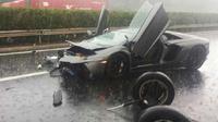 Pengemudi Aventador ini dikabarkan memacu mobilnya hingga kecepatan 180 km/jam.