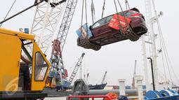 Aktivitas bongkar muat dan pengiriman mobil melalui laut di Pelabuhan Sunda Kelapa, Jakarta, Selasa (15/9). Pasar otomotif nasional periode Januari-Agustus 2015 menyusut 19,08% jika dibandingkan pada periode sama tahun lalu. (Liputan6.com/Angga Yuniar)
