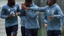 Penyerang FC Porto,  Moussa Marega (kiri), gelandang Mamadou Loum Ndiaye (tengah) dan bek Malang Sarr berlari bersama rekan satu tim selama sesi latihan di tempat latihan Olival di Vila Nova de Gaia (16/2/2021). Porto merupakan penghuni peringkat kedua Grup C Liga Champions. (AFP/Miguel Riopa)