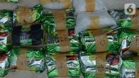 Barang bukti ditunjukkan saat rilis kasus narkoba di Polres Jakarta Barat, Kamis (31/10/2019). Penggerebakan dilakukan di Kampung Ambon dengan mengamankan lima orang tersangka serta barang  bukti sabu 23,5 kilogram dan 190 butir pil happy-5 dan mobil sedan. (merdeka.com/Imam Buhori)