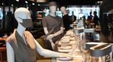 Maneken diletakkan di bar untuk menjaga jarak di sebuah restoran di Old Montreal, Kanada pada 10 Juli 2020. Restoran ini menempatkan maneken untuk menjaga jarak konsumen dan didandani dengan baju-baju keluaran terkini yang dapat dibeli pengunjung setelah makan. (Eric THOMAS/AFP)