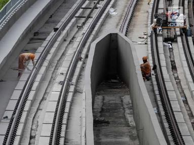 Pekerja melakukan pengerjaan proyek LRT Jabodebek, Jakarta, Selasa (12/3). Kereta LRT Jabodebek untuk rute Cawang-Cibubur akan diuji coba Juni 2019 dan saat ini proses pengerjaan untuk rute tersebut sudah mencapai 78,455%. (Liputan6.com/Faizal Fanani)