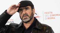 """Mantan gelandang MU, Eric Cantona, menghadiri pemutaran film """"Les Rois Du Monde"""" di Roma, Italia, Senin (19/10/2015). (EPA/Claudio Peri)"""
