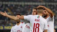 Para pemain AC Milan merayakan gol Krzysztof Piatek ke gawang Hellas Verona pada pekan ketiga Liga Italia. AC Milan menang 1-0 di Stadio Marc'Antonio Bentegodi, Senin (16/9/2019) dini hari WIB. (Simone Venezia/ANSA via AP)