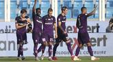 Gelandang Fiorentina, Alfred Duncan (kedua kiri) berselebrasi usai mencetak gol ke gawang SPAL pada pertandingan lanjutan Liga Serie A Italia di stadion Paolo Mazza di Ferrara, Italia, Minggu (2/8/2020). Fiorentina menang telak 3-1 atas SPAL. (Filippo Rubin/Lapresse via AP)