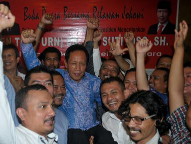 Relawan Jokowi dari sejumlah komunitas menggendong Sutiyoso (tengah) saat acara deklarasi dukungan kepada Ketum PKPI tersebut sebagai calon Kepala Badan Intelijen Negara (BIN), di Jakarta, Kamis (25/6/2015). (Liputan6.com/Johan Tallo)
