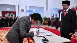 Albertina Ho (kiri) menandatangani nota pelantikan sebagai Dewan Pengawas KPK disaksikan Presiden Joko Widodo di Istana Negara, Jakarta, Jumat (20/12/2019). Upacara pelantikan Dewan Pengawas KPK dipimpin langsung Presiden Joko Widodo. (Foto: Biro Pers Setpres)