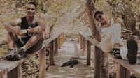 Sabian dan Awkarin tengah menikmati keindahan Labuan Bajo, Nusa Tenggara Timur (NTT). (dok. Instagram @sbngram/https://www.instagram.com/p/CEWoi5THO5l/)