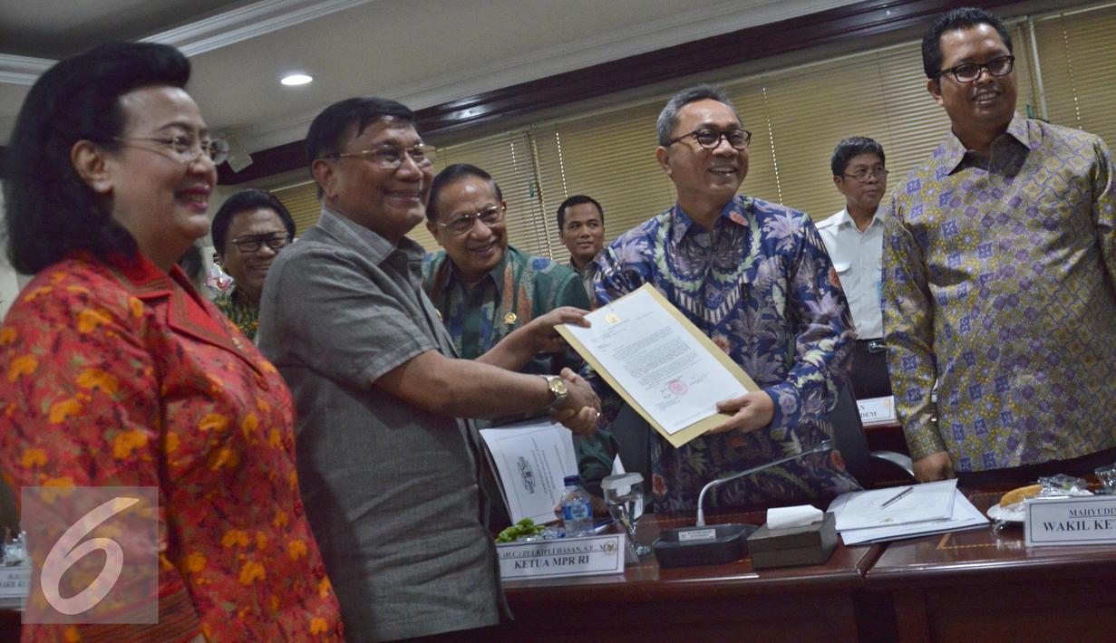Pimpinan DPD Farouk Muhammad (kedua kiri) memberikan rekomendasi tertulis kepada Ketua MPR Zulkifli Hasan (kedua kanan) usai rapat konsultasi di Kompleks Parlemen Senayan, Jakarta, Selasa (27/9). (Liputan6.com/Johan Tallo)