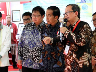 Presiden Jokowi meninjau program pendidikan vokasi di Cikarang Pusat, Bekasi, Jumat (28/7). Sebelumnya Jokowi meresmikan kerjasama pendidikan vokasi antara Kementerian Perindustrian dan PT Astra Otoparts serta SMK di Jawa Barat (Liputan6.com/Angga Yunani)
