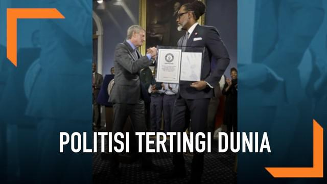 Seorang politisi New York bernama Robert Cornegy Jr. mencetak rekor dunia sebagai politisi tertinggi dunia. Ia memiliki tinggi lebih dari 2 meter.
