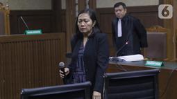 Terdakwa perantara suap mantan anggota DPR Bowo Sidik Pangarso, M Indung Andriani (kiri) saat menjalani sidang pembacaan tuntutan di Pengadilan Tipikor, Jakarta, Rabu (16/10/2019). M Indung Andriani dituntut 4 tahun penjara dan denda Rp 200 juta. (Liputan6.com/Helmi Fithriansyah)