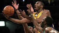 Pemain Los Angeles Lakers, Kobe Bryant berusaha memasukan bola dari kawalan dua pemain Boston Celtics Paul Pierce dan Al Jefferson selama pertandingan NBA di Los Angeles pada 23 Februari 2006. Kobe menghabiskan kariernya selama 20 tahun bersama  Los Angeles Lakers. (AP Photo/Branimir Kvartuc)