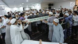 Umat muslim mengangkat jenazah KH Maimun Zubair atau Mbah Moen saat akan disemayamkan di Kantor Urusan Haji Daker Syisyah, Makkah, Arab Saudi, Selasa (6/8/2019). Pimpinan Pondok Pesantren Al-Anwar Sarang tersebut meninggal dunia usai menunaikan salat subuh. (Liputan6.com/HO/Baharuddin/MCH)