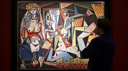 Seorang pria berdiri di depan lukisan karya Pablo Picasso berjudul 'Women of Algiers' di Balai Lelang Christie, New York, Senin (11/5/2015). Lukisan tersebut terjual seharga 179,3 juta dolar AS atau sekitar Rp 2,36 triliun. (REUTERS/Darren Ornitz)