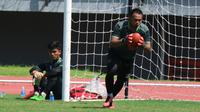 Dua kiper Persebaya, Dimas Galih dan Miswar Saputra, saat menjalani latihan bersama timnya. (Bola.com/Aditya Wany).