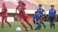 Pergerakan pemain PS Tira Putri, Safira Ika Putri (merah) melepaskan kawalan pemain PSIS Semarang putri dalam laga di Stadion Maguwoharjo, Sleman, Rabu (8/10/2019). (Bola.com/Vincentius Atmaja)