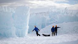 Sejumlah pekerja menyelesaikan pembuatan Istana Es di Midway, Utah (27/12). Nantinya pengunjung akan dapat menikmati Istana Es yang terdiri dari labirin, ngarai atau lembah, terowongan dan air mancur. (AP/Rick Bowmer)