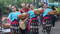 Penari membawakan tarian tradisional Lombok dan Bima dalam Seri Konser Situs Budaya Iwan Fals dan Band di Panggung Kita, Depok, Sabtu (3/3). Dalam Konser kali ini, Iwan Fals dan Band berkolaborasi dengan beberapa musisi. (Liputan6.com/Arya Manggala)