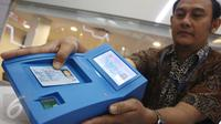 Petugas menunjukan alat pembaca kartu atau card reader e-KTP di Jakarta, Kamis (6/4). Dalam hal ini PT KSEI bekerja sama dengan Ditjen Dukcapil untuk mempermudah proses pembukaan rekening investor. (Liputan6.com/Angga Yuniar)