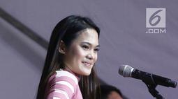 Penyanyi cantik, Sheryl Sheinafia mengibur pengunjung acara Vidio Fair 2.0 di Gandaria City Mall, Jakarta Selatan, Sabtu (3/11). Acara Vidio Fair yang digelar gratis ini mengambil tema One Stop Event You Can Get. (Liputan6.com/Herman Zakharia