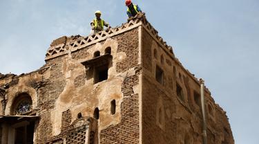 Para pekerja merenovasi bangunan bersejarah di Kota Tua Sanaa, 9 Agustus 2020. Hujan dan banjir bandang di Yaman menghancurkan empat bangunan serta merusak 30 lainnya di situs Warisan Dunia UNESCO Kota Tua Sanaa, kata penduduk kepada Xinhua pada Minggu (9/8). (Xinhua/Mohammed Mohammed)