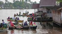 Suasana aktivitas jual beli di Pasar Terapung Lok Baintan, Banjarmasin, Kalimantan Selatan, Selasa (27/3). Pasar terapung yang berada di Sungai Martapura tersebut menjual berbagai hasil bumi dari warga sekitar. (Liputan6.com/Immanuel Antonius)
