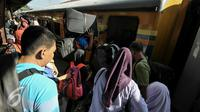 Sejumlah pemudik Lebaran saat masuk ke dalam kereta di Stasiun Senen, Jakarta, Kamis (30/6). H-7 jelang Hari Raya Lebaran Stasiun Senen mulai dipadati warga yang ingin berlebaran bersama keluarga di kampung halaman. (Liputan6.com/Yoppy Renato)