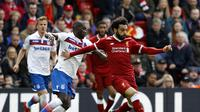 Pemain Liverpool, Mohamed Salah, mendapat pengawalan ketat dari pemain Stoke City pada lanjutan Premier League, Sabtu (28/4/2018). Laga ini berakhir dengan hasil imbang 0-0. (Martin Rickett/PA via AP)