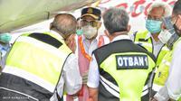 Menhub Budi Karya Sumadi meninjau pelaksanaan inspeksi keselamatan atau ramp check pesawat, yang dilakukan secara periodik oleh Ditjen Perhubungan Udara di Bandara Internasional Soekarno-Hatta, Tangerang, Banten, Minggu (17/1/2021).
