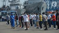 Sejumlah ABK kapal MV Costa Mediterania tiba di dermaga JICT 2 Pelabuhan Tanjung Priok, Jakarta, Selasa (6/10/2020). Dari total 99 orang yang tiba, 82 di antaranya adalah WNA dari delapan negara, seperti Kolombia, Honduras, Filipina, Etiopia, Sri Lanka, Peru dan India. (merdeka.com/Imam Buhori)