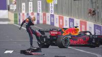 Pembalap Red Bull, Max Verstappen, gagal merampungkan balapan F1 GP Azerbaijan setelah mengalami pecah ban mobil di lap ke-49, Minggu (6/6/2021). (Twitter/F1)