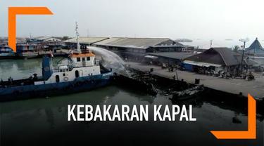 Petugas pemadam kebakaran melakukan pendinginan tehadap kapal-kapal yang terbakar di Muara Baru. Petugas juga terus melakukan proses pendinginan