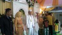 Resepsi pernikahan Satpol PP cantik Nurul Habibah di Pandeglang, Banten. (Liputan6.com/Yandhi Deslatama)