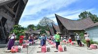 Penerima paket bantuan sembako Sabam Sirait di Porsea, Toba, Sumatera Utara jalankan protokol kesehatan dengan disiplin. (Ist)
