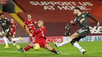 Gelandang Liverpool, Fabinho, berusaha menghalau tendangan pemain Manchester United, Bruno Fernandes, pada laga Liga Inggris di Stadion Anfield, Minggu (17/1/2021). Kedua tim bermain imbang 0-0. (Michael Regan/Pool via AP)