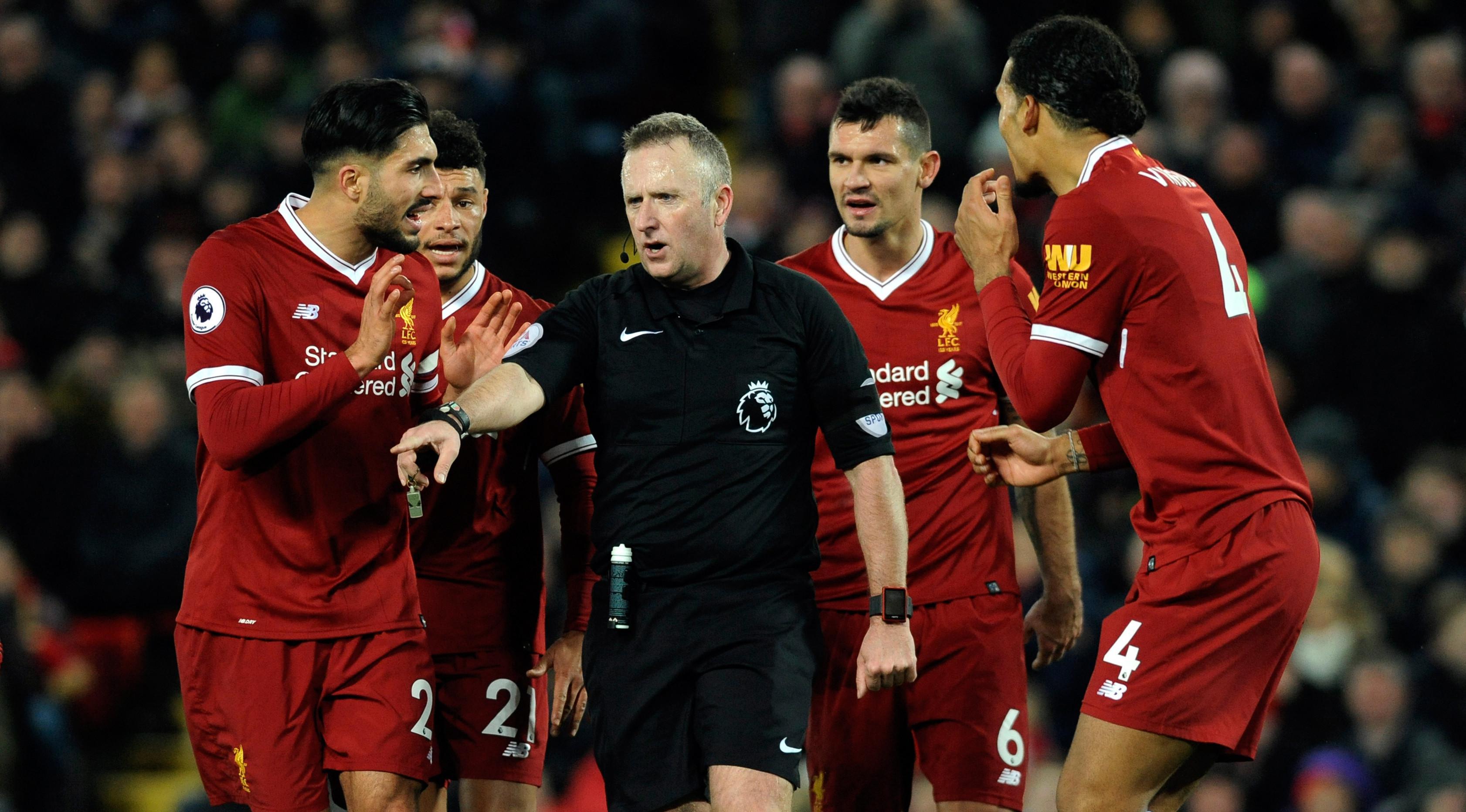 Pemain Liverpool melakukan protes saat dapat hukuman kedua dari wasit Johnathan Moss saat melawan Tottenham Hotspur dalam pertandingan Liga Inggris di Anfield, Liverpool (4/2). (AP Photo/Rui Vieira)