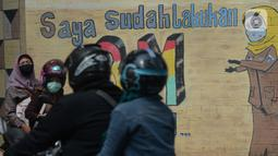 Kendaraan melintas di depan mural anjuran kebiasan hidup baru dengan 3 M di Stasiun Cawang, Jakarta, Sabtu (26/12/2020). Pemerintah terus berupaya melakukan imbauan kepada warga untuk melaksanakan kebiasaan baru 3M guna memutus penyebaran virus corona (COVID-19). (merdeka.com/Imam Buhori)