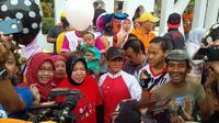 Walikota Surabaya Tri Rismaharini atau Risma usai berpamitan dengan warganya di Taman Bungkul, Surabaya, Minggu (27/9/2015). (Liputan6.com/Dian Kurniawan)